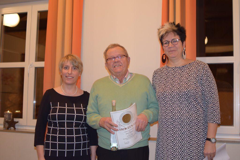 Ehrung für 60 Jahre Mitgliedschaft (von links nach rechts):Susanne Albert Kassier; Walter Hofmann (60 Jahre); Dr. Regina Roloff 1. Vorsitzende; Auf dem Bild fehlen: Hermann Ertl (60 Jahre); Otmar Rosenberger (60 Jahre)
