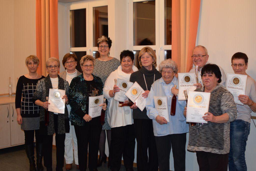 Ehrung für fördernde Mitgliedschaft (v.l.n.r.): Susanne Albert Kassier; Antonia Schimpl (50 Jahre); Resi Willoh (50 Jahre); Reinhilde Hofmann (50 Jahre); Dr. Regina Roloff 1. Vorsitzende; Edeltrud Kapperer (50 Jahre); Brigitte Bayer (50 Jahre); Edith Hummels (40 Jahre); Hugo Sauer (40 Jahre); Gabriele Kreß (40 Jahre); Anna Sauer (40 Jahre); Auf dem Bild fehlen: Marianne Beißler (50 Jahre); Dieter Hauck (50 Jahre); Rainer Hummels (40 Jahre); Erna Schreiter (40 Jahre)